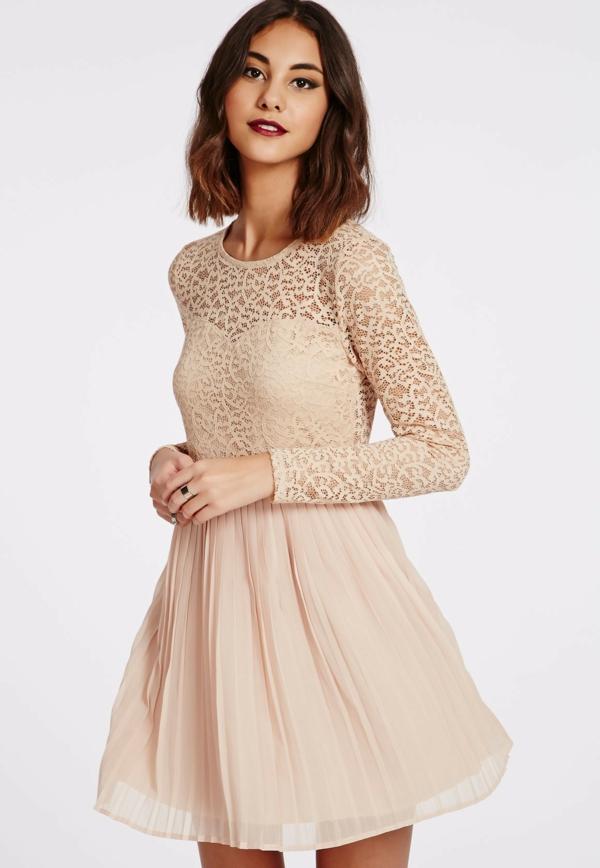 robe-patineuse-rose-pâle-dentelle-et-plissés