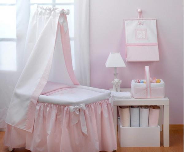 rose-lit-et-étagère-avec-une-peite-lampe