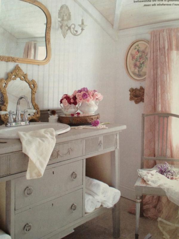 salle-de-bain-et-lavabo-avec-un-armoire-en-bois