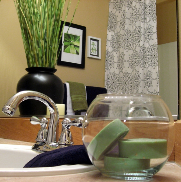 salle-de-bain-style-avec-vase-art-décoration-en-noir