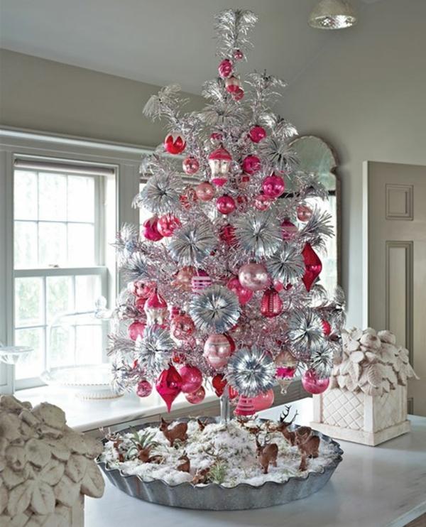 sapin-de-noel-blanc-arbre-couleur-argent-et-boules-décoratives-roses