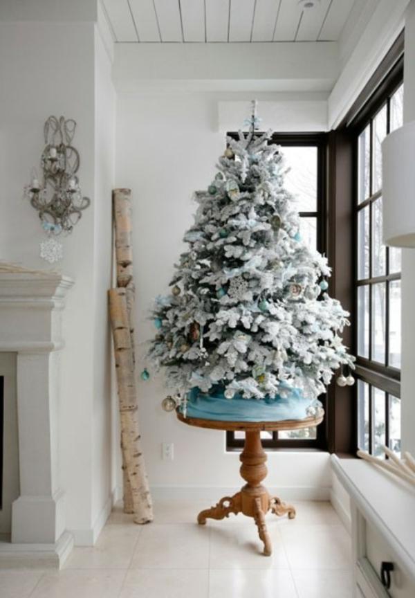 sapin-de-noel-blanc-arbre-inspirant-et-intérieur-blanc