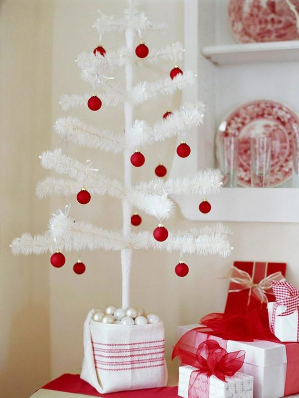 sapin-de-noel-blanc-boules-rouges-décoratives