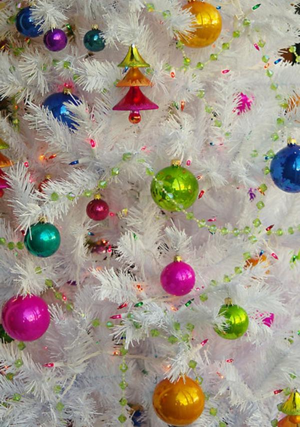 sapin-de-noel- blanc-branches-décorées-d'un-arbre-artificiel