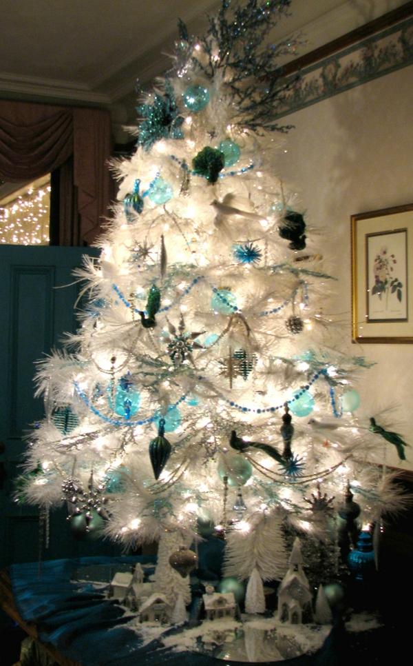 sapin-de-noel-blanc-décoré-d'éléments-turquoises