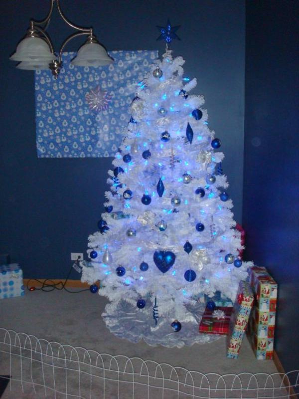sapin-de-noel-blanc-décoré-de-jouets-bleus