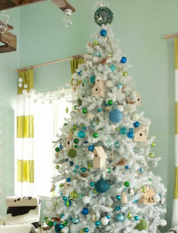 sapin-de-noel-blanc-décoré-en-turquoise-et-vert