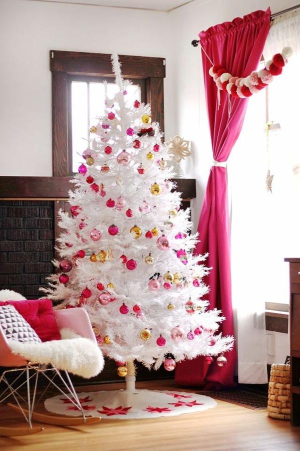 sapin-de-noel-blanc-décoré-rideau-rose