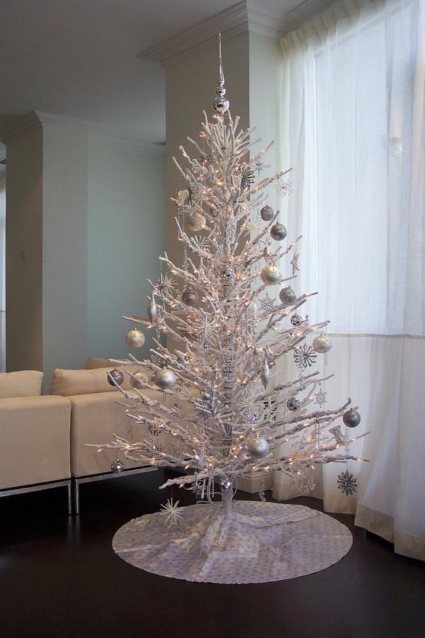 sapin-de-noel-blanc-design-subtil-arbre-orné