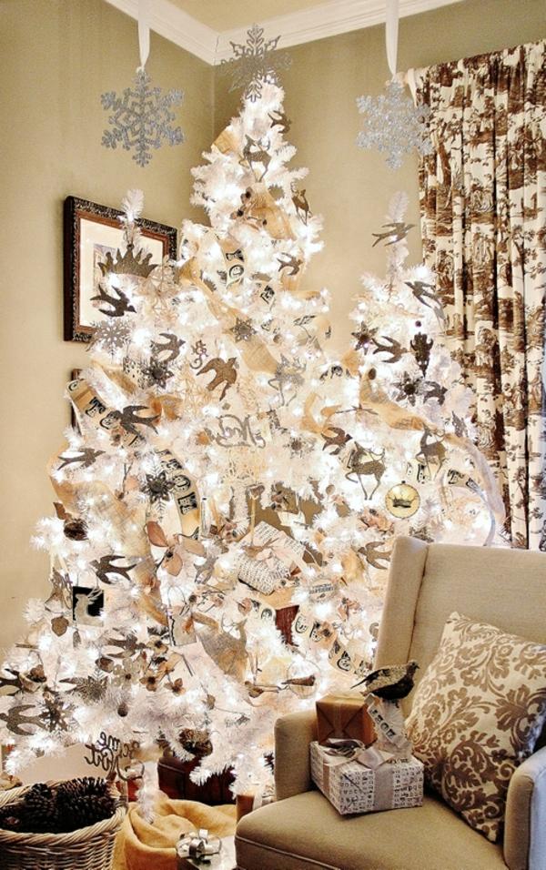 sapin-de-noel-blanc-flocons-de-neige-et-oiseaux-volants-décoratifs