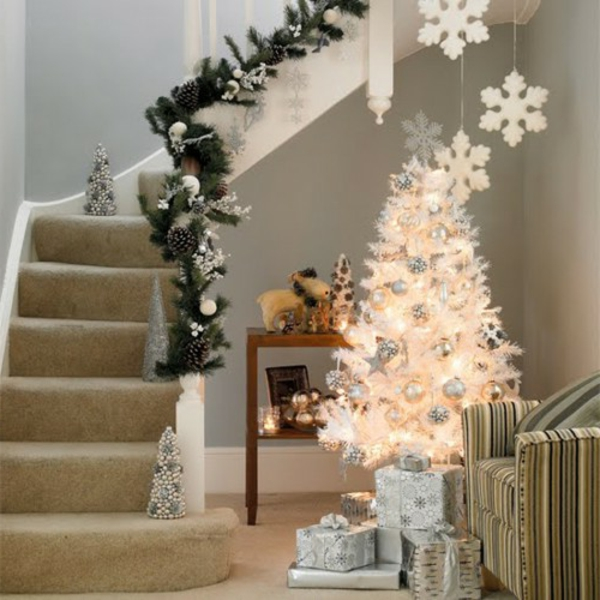 sapin-de-noel-blanc-joli-arbre-blanc-près-d'un-escalier
