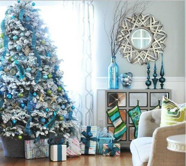sapin-de-noel-blanc-rubans-bleus-et-boules-bleues-un-miroir-splendide