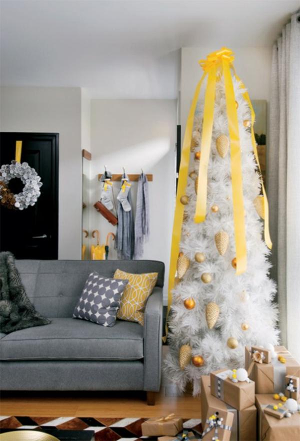 sapin-de-noel-blanc-sapin-blanc-décoré-d'éléments-jaunes-un-sofa-gris