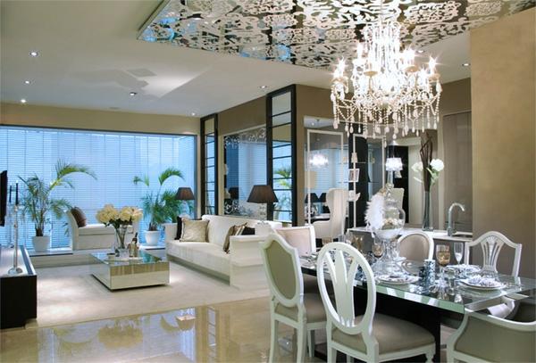 suspension-baroque-au-dessus-d'une-table-de-déjeuner-un-plafond-miroir
