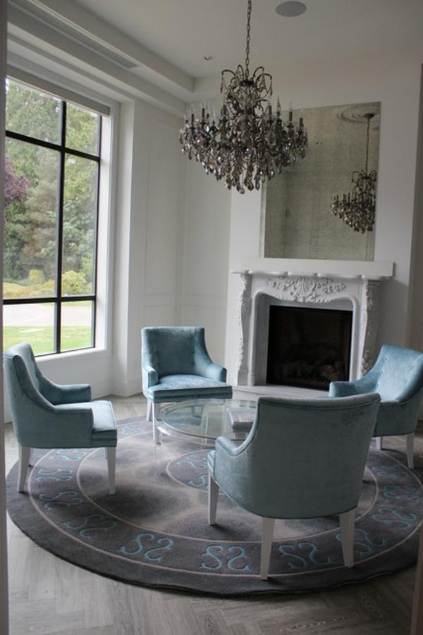 suspension-baroque-chaises-bleues-vintage-et-cheminée
