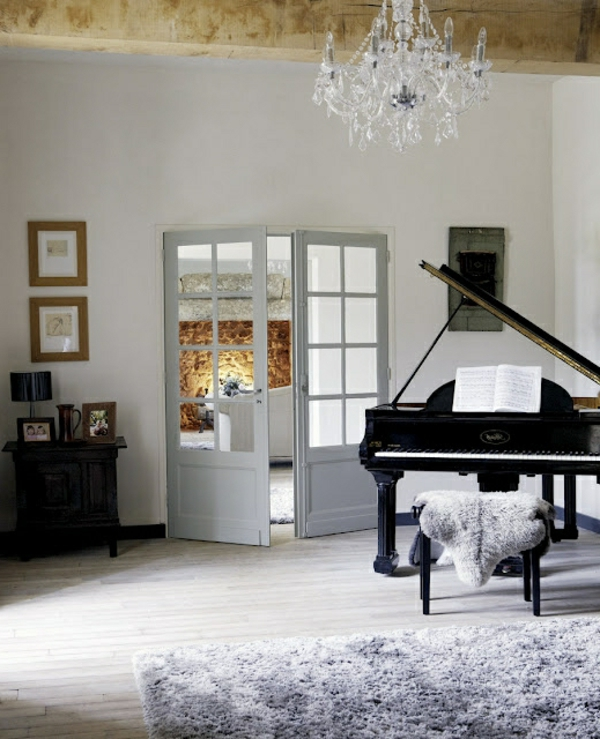 suspension-baroque-un-piano-noir-et-un-tapis-gris