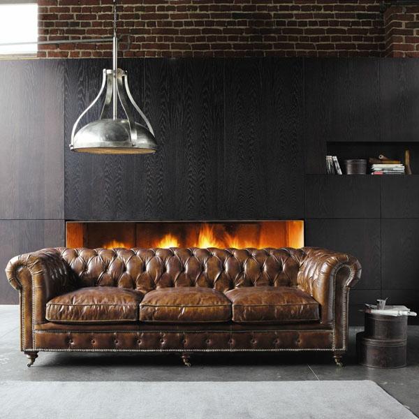 suspension-industrielle-métallique-un-sofa-en-cuir-marron