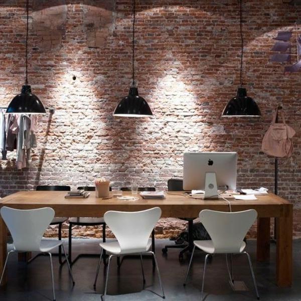 suspension-industrielle-mur-en-briques-et-trois-lampes-pendantes-industrielles