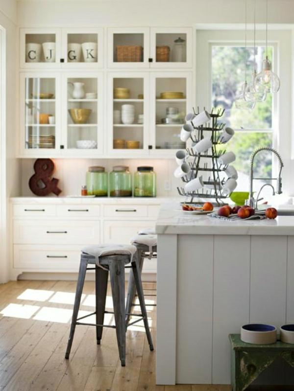 tabouret-de-bar-industriel-tabourets-en-métal-dans-une-cuisine-blanche-resized