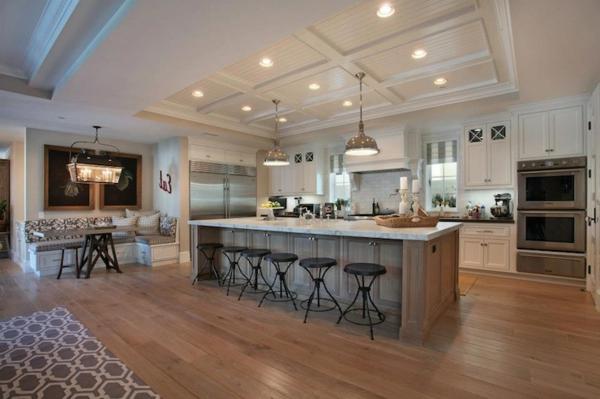 une grande cuisine moderne, plafond blanc, fours encastrés, tabourets ...
