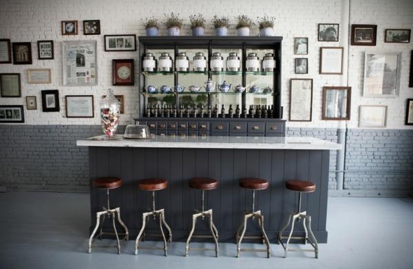 tabouret-de-bar-industriel-une-salle-d'expositions