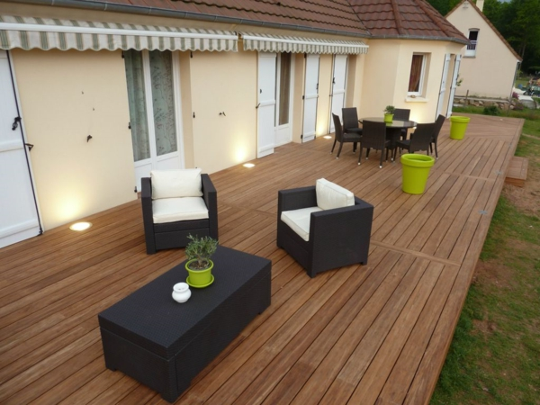 l 39 am nagement de terrasse avec un sol du bois. Black Bedroom Furniture Sets. Home Design Ideas