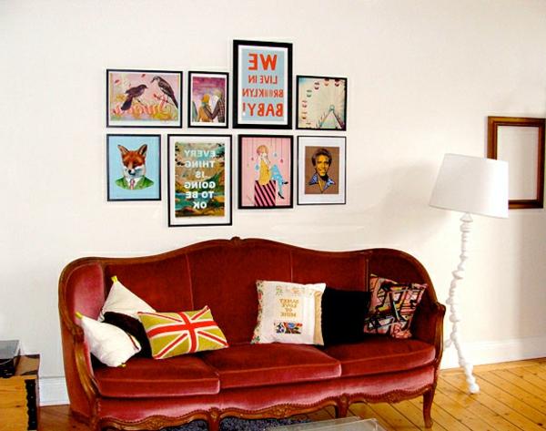 un-canapé-en-velours-rouge-et-des-coussins-vitnages