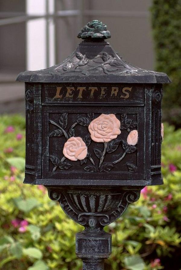 unique-boite-de-lettre-avec-des-rose-sur-un-fer-noir-luxueux-et-élégant
