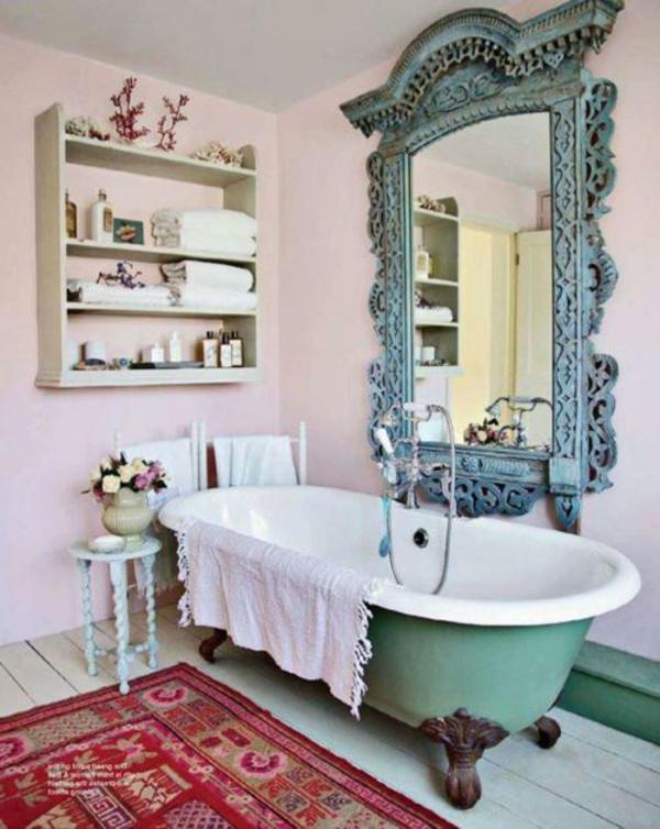 vintage-salle-de-bain-avec-un-grand-mirroire