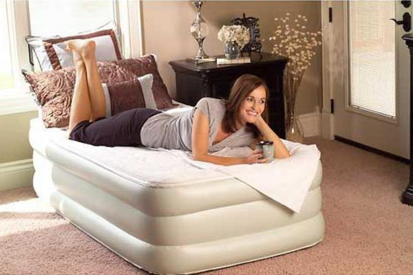 élégant-matelas-gonflable-comme-un-lit-confortable-èlitèun-person-en-blanc-pour-une-maison-luxueuse-et-élégante-pour-se-reposer-