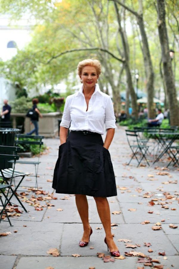 élégantce-et-confort-avec-la-gupe-noir-et-chemise-blanche-femme-