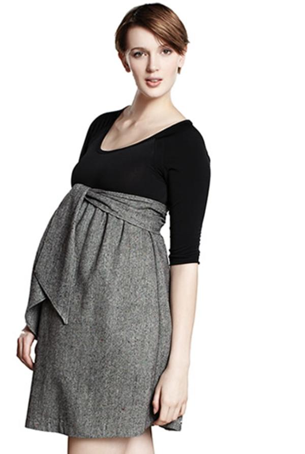 élégante-vision-pour-la-femme-ensainte-avec-une-jupe-gris-et-une-blouse-noire