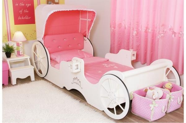 Le lit carrosse nous rappelle la magie de l 39 enfance - Lit maison fille ...