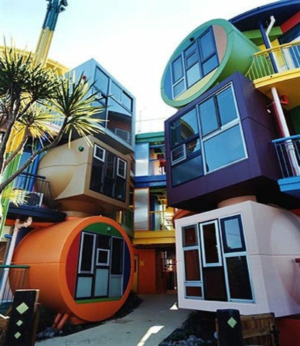 architecture-futuriste-sur-un-bâtiment-en-différents-formes-et-couleurs