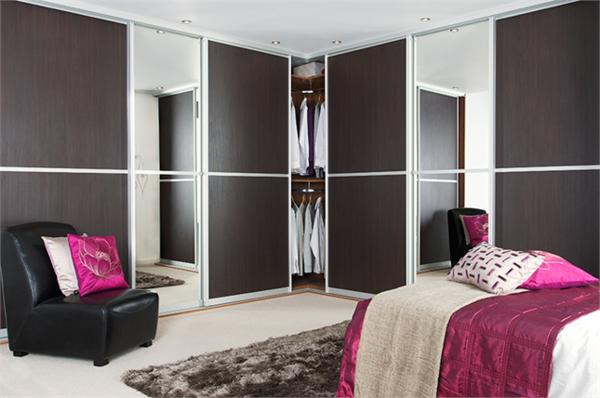 armoire-avec-porte-coulissante-en-bois-foncé