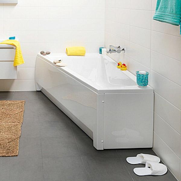 baignoire-asymétrique-blanche-murs-blancs-et-sol-gris