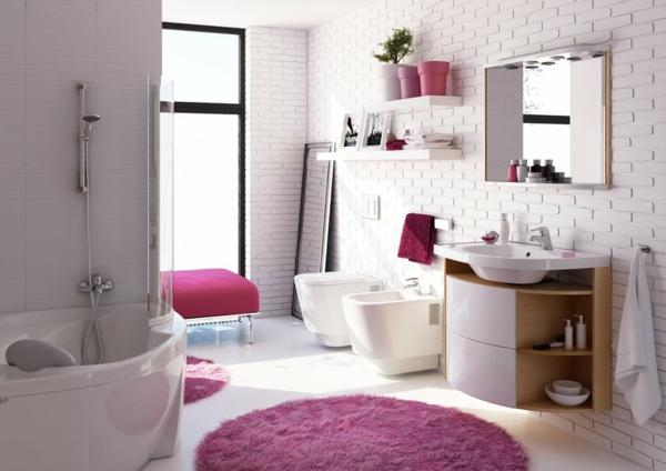 baignoire-asymétrique-petite-baignoire-d'angle-dans-une-salle-de-bains-coquette
