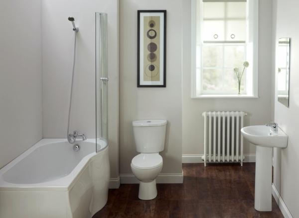 baignoire-asymétrique-plancher-en-bois-murs-blancs