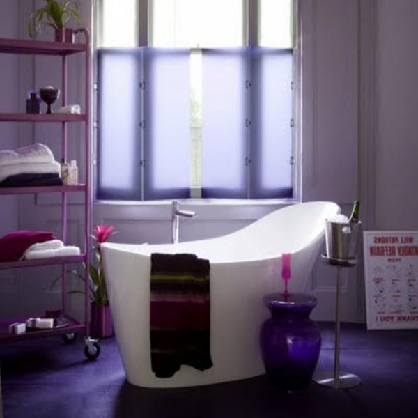 baignoire-asymétrique-salle-de-bains-pourpre