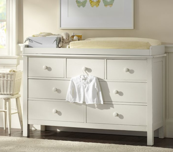 blanc-et-simple-table-a-langer-pour-le-bebe