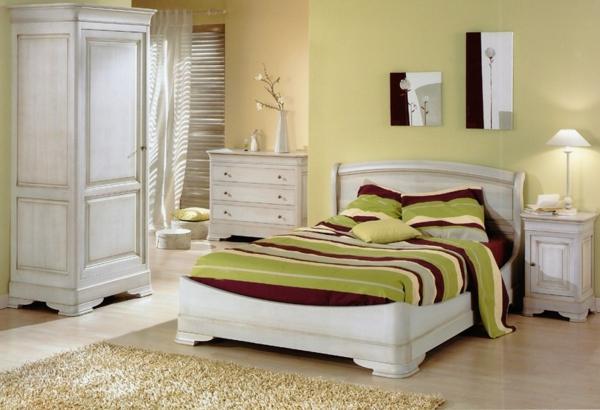 blanc-lit-et-décoration-avec-un-très-original-couverture-rayeur-et-armoir-en-style-vintage