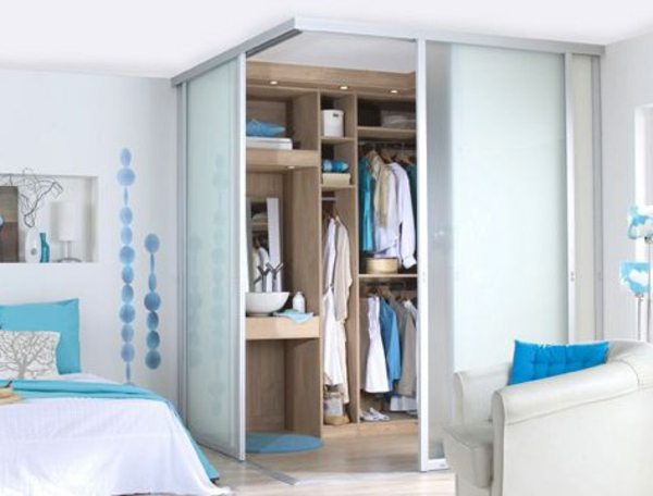 bleu-décoration-et-porte-coulissante-de-dressing