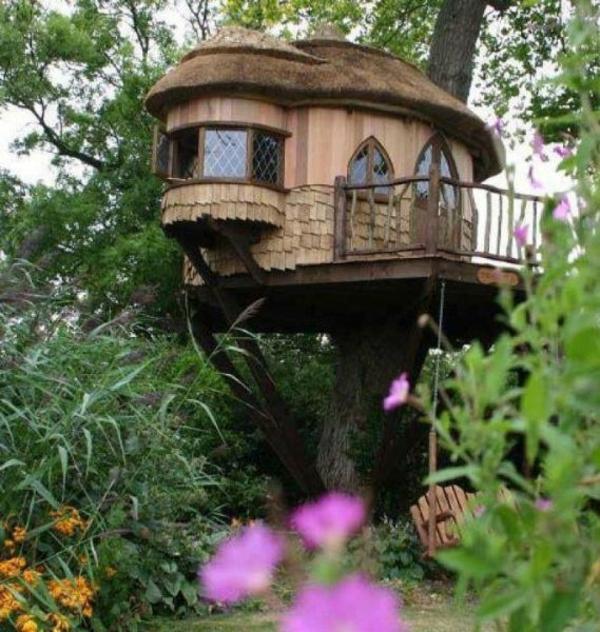 cabane-dans-les-arbres-en-bois-dans-le-jardin