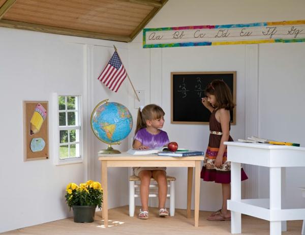 cabane-de-jardin-pour-enfant-intérieur-blanc-d'une-maisonnette