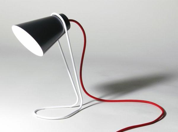 cable-rouge-ampule-et-luminaire-gris