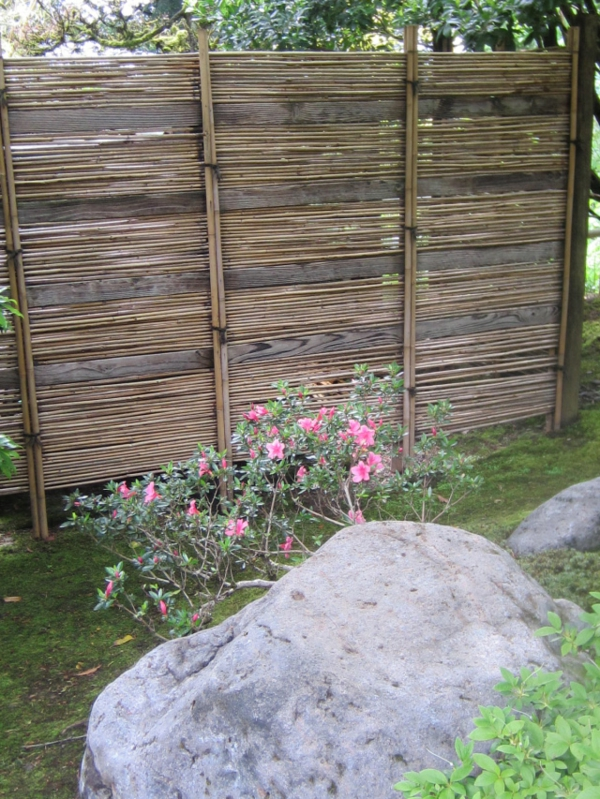 canisse-bambou-et-planches-de-pierre