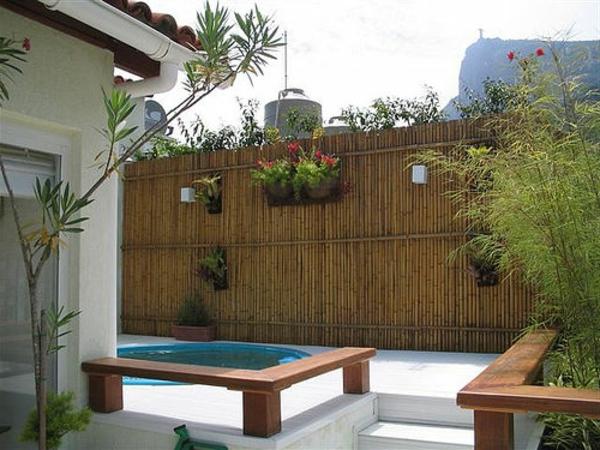 canisse-bambou-deux-banquettes-en-bois-et-une-petite-piscine-ronde