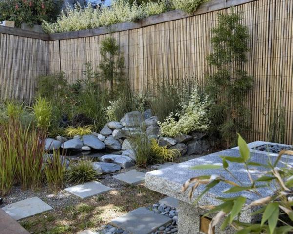 canisse-bambou-plantes-et-pierres-dans-un-jardin-unique