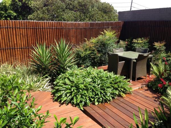 Jardiniere Bois Pour Bambou : canisse bambou, couleur marronne, le sol du jardin rev?tu en bois
