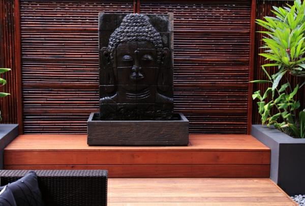canisse-bambou-une-grande-statue-bouddha